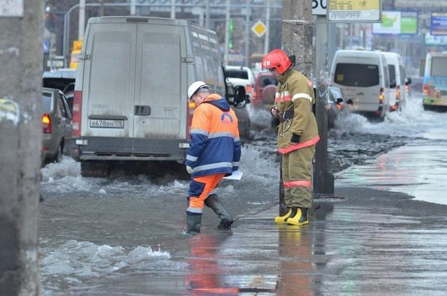 Водоканал локализовал разлив воды на Ленинском проспекте : Фото