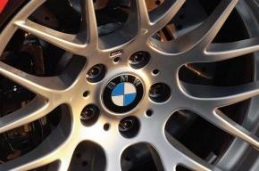 На Биржевом мосту ограбили и ранили водителя BMW X5