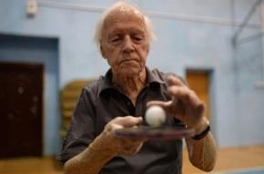 100-летний участник Олимпийской эстафеты тренируется с горбушей