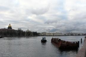 На Неве у Дворцового моста загорелась баржа