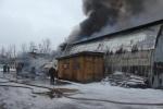 Фоторепортаж: «Более сотни пожарных тушат склады на Нефтяной дороге в Петербурге»
