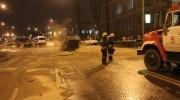 Автомобиль провалился в яму на Загородном 19 декабря 2013 года: Фоторепортаж