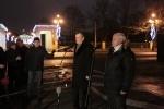Губернаторы Петербурга и Ленобласти зажгли елку перед Смольным: Фоторепортаж