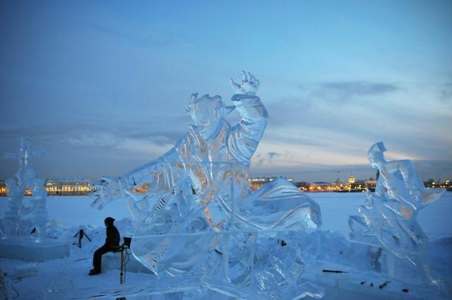 Скульптуры у Петропавловки: Фото