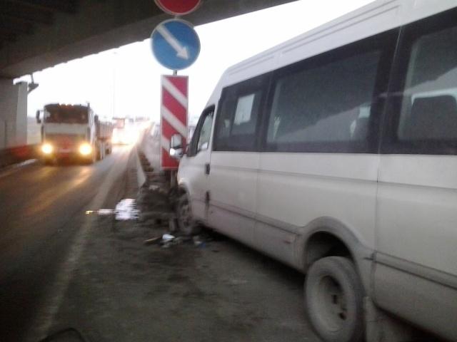 На Волхонском шоссе маршрутка врезалась в ограждение: Фото