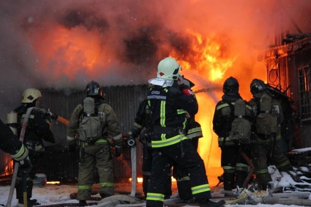 Пожар в ангаре на Нефтяной дороге 7 декабря 2013 : Фото
