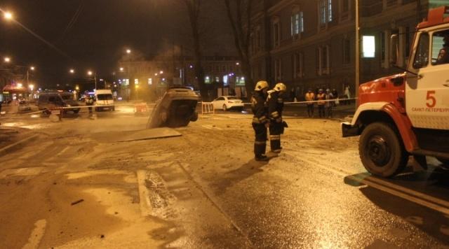 Автомобиль провалился в яму на Загородном 19 декабря 2013 года: Фото