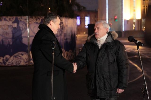 Губернаторы Петербурга и Ленобласти зажгли елку перед Смольным: Фото