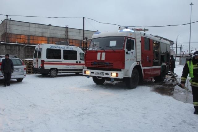 Более сотни пожарных тушат склады на Нефтяной дороге в Петербурге: Фото