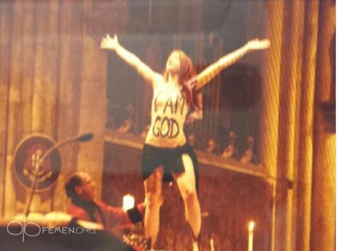 В Кельнском соборе активистка Femen продемонстрировала свою обнаженную грудь с надписью «Я Бог!»: Фото