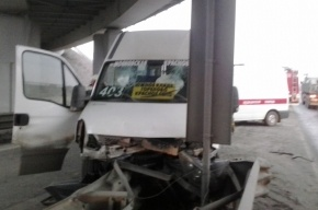 На Волхонском шоссе маршрутка врезалась в ограждение