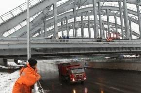 В Москве упавший грузовик перекрыл железную дорогу