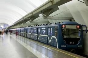На «Чкаловской» женщина бросилась под поезд