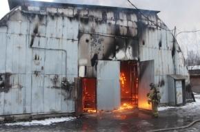 Более сотни пожарных тушат склады на Нефтяной дороге в Петербурге