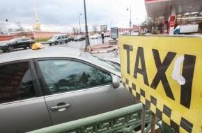 В Петербурге таксист остановил угонщика, повиснув на двери