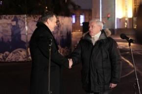 Губернаторы Петербурга и Ленобласти зажгли елку перед Смольным