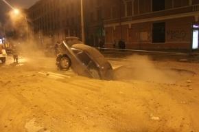 В центре Петербурга иномарка провалилась в яму с горячей водой
