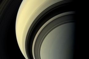 NASA обнародовало новые снимки Сатурна и его спутников