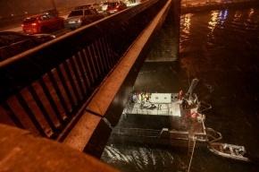 В центре Москвы на Пречистенской набережной в реку упал автомобиль