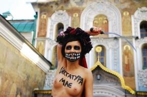 Активистка FEMEN разделась возле лавры с лозунгом против диктатуры
