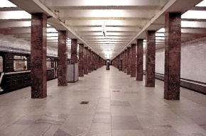 В Москве двое упали на рельсы в метро: пьяный выжил, трезвый погиб