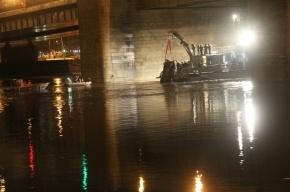 Спасатели достали из Невы упавший автомобиль Mitsubishi с телом водителя