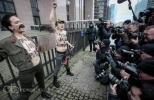Фоторепортаж: «Обнаженные активистки Femen встретили Путина в Брюсселе »