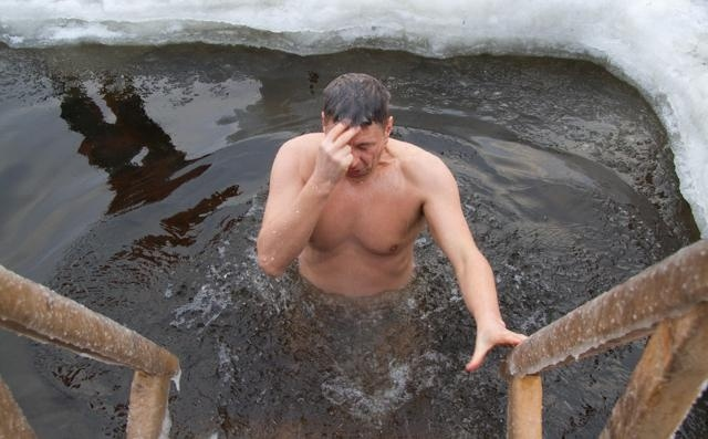 В крещенских купаниях в Петербурге приняли участие 60 тысяч человек : Фото