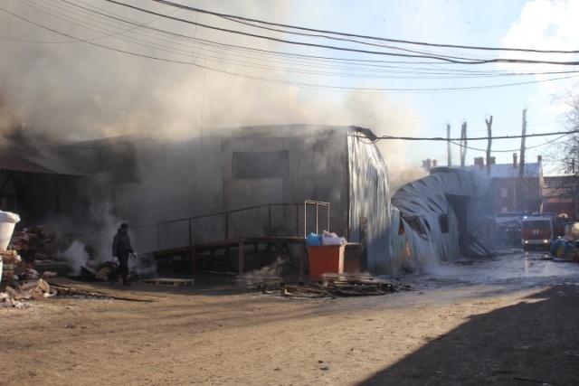 В Невском районе две улицы перекрыты из-за сильного пожара: Фото