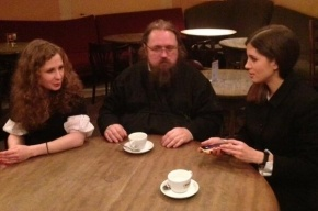 Протодиакон Андрей Кураев встречается с Pussy Riot в кафе