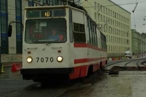 На мосту Александра Невского загорелся трамвай, пострадал водитель
