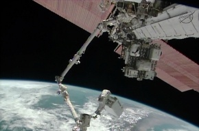 Космический мусор помешал скорректировать орбиту МКС