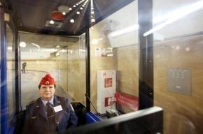 На севере Петербурга закрыты три станции метро из-за падения женщины