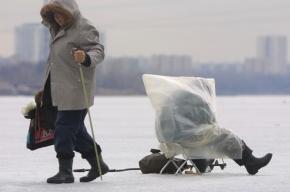 В Финском заливе спасатели эвакуировали рыбаков из-за трещины на льду