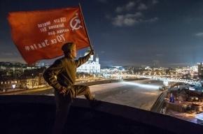 Активисты вывесили Знамя Победы на студии телеканала «Дождь» за кощунственный «опрос» о сдаче Ленинграда фашистам