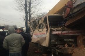 Автокран протаранил магазин в Ростове, один человек погиб