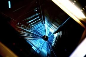 В Колпино в шестнадцатиэтажке загорелся лифт