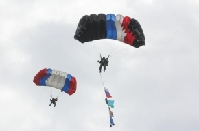 Под Псковом во время прыжков с парашютом двое десантников столкнулись в небе