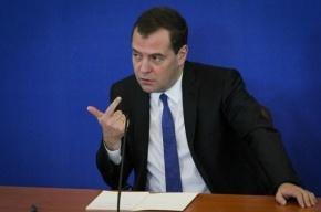 Медведев повысит зарплаты соцработникам