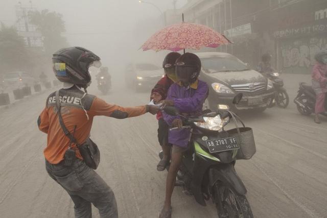 Власти Индонезии велели эвакуировать 200 000 человек из-за вулкана : Фото