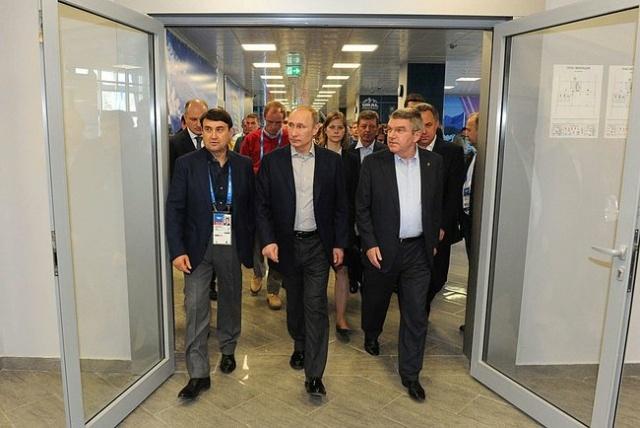 Путин осматривает стенды российских регионов в Сочи: Фото
