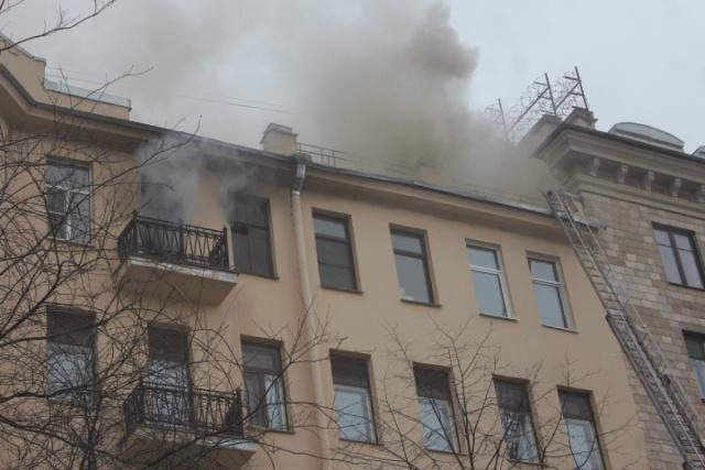 Из горящей квартиры в центре Петербурга эвакуировали 15 человек : Фото