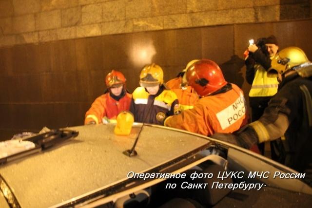 Автомобиль «Шевроле» упал с Литейного моста в Петербурге: Фото