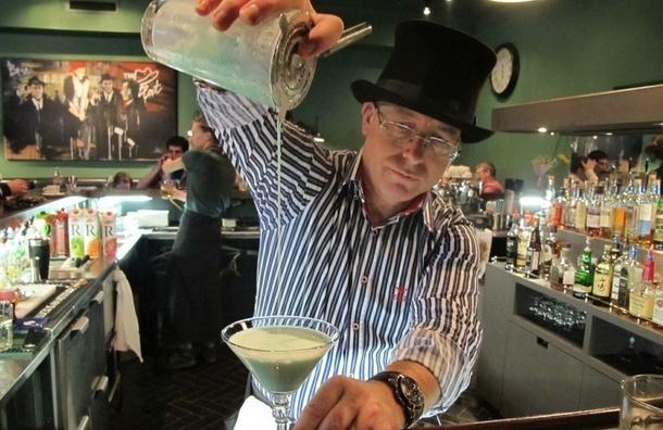 Бизнесмен, журналист и психолог, которые по совместительству работают барменами