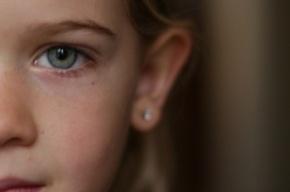 В поликлинике Кронштадта мужчина вырвал серьги из ушей у девочки
