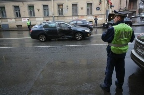 Женщина врезалась в полицейскую машину в Москве, спасаясь от грабителя