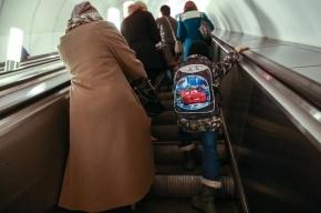 В Петербурге на минуту встали эскалаторы на ряде станций метро