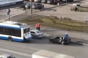 Участников ДТП с троллейбусом оштрафовали за неправильную стоянку