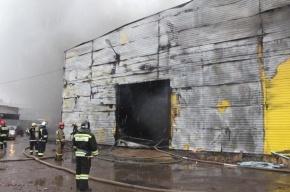 В Металлострое тушат крупный пожар в автомобильном ангаре