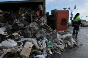 В Петербурге ночью КАМАЗ перевернулся, а грузовик Volvo врезался в столб